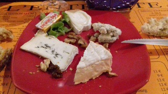 Pezenas, Fransa: une très belle assiette de fromages qui était dans le menu
