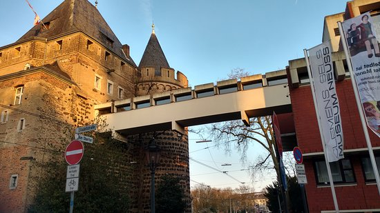 Neuss, Germany: Übergang zwischen dem Stadttor und dem Museum