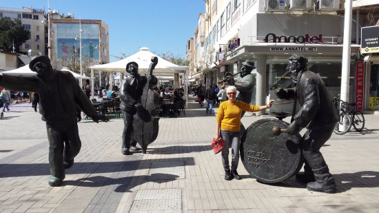 Marrakesh: פסלים סמוך למסעדה