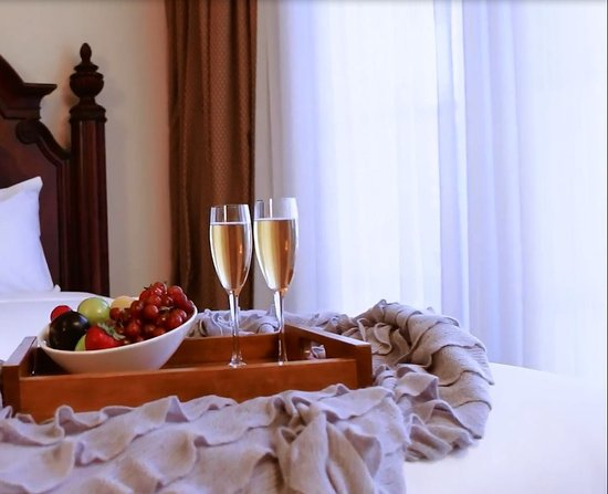 Atascadero, CA: Beautiful and comfortable rooms with natural light