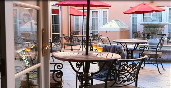 Atascadero, CA: Courtyard rooms open up onto the patio