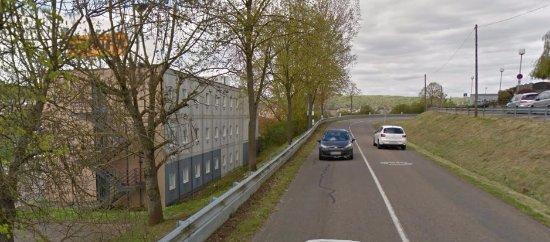Bouxières-aux-Dames, France : Arrière de l'hôtel donnant sur la route.