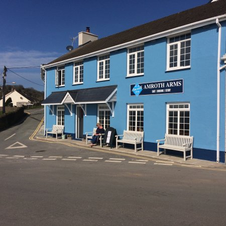 Amroth Arms: Refurbished... it's a sunny day 🌞👍