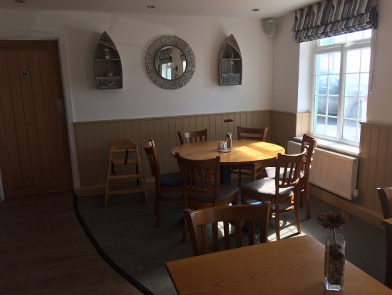 Amroth Arms Restuarant: Refurbished... it's a sunny day 🌞👍