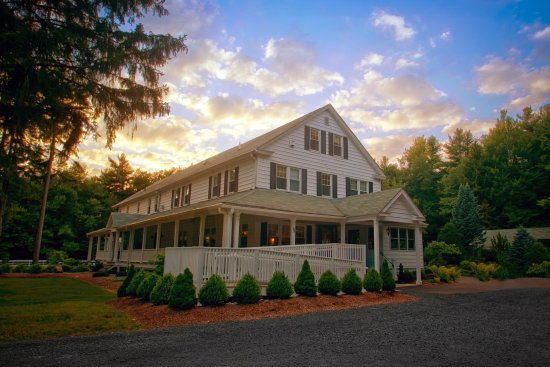 Entrance - Picture of Mountaintop Lodge at Lake Naomi, Pocono Pines - Tripadvisor