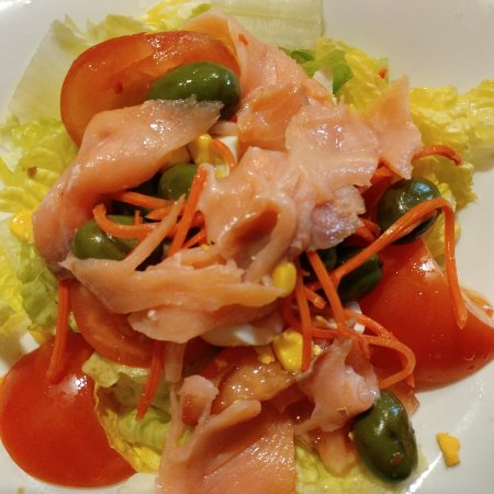 Madridejos, España: Ensalada mixta con salmón