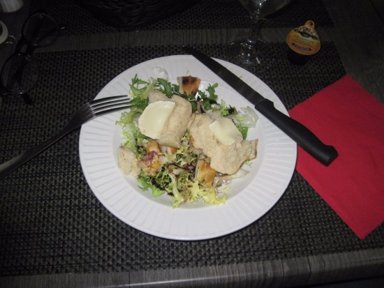 Lalinde, France: A very good goat cheese salad!