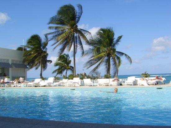 Tower Isle, جامايكا: Windy day,main  pool not heated, Couples tower isle