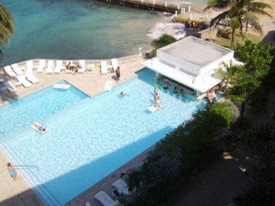 Tower Isle, جامايكا: Couples Tower isle swim up bar