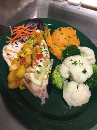 ‪‪Middleboro‬, ماساتشوستس: Charbroiled Fresh Swordfish Steak w/ mango salsa, whipped sweet potatoes & a vegetable medley.‬