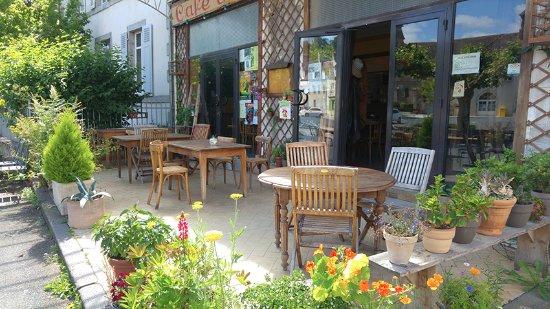 Chambon-sur-Voueize, Francia: Terrasse fleurie