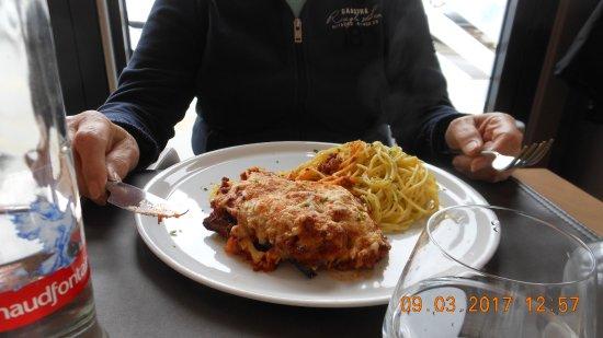 Neupre, België: escalope parmigiana bolognese et spaghetti.