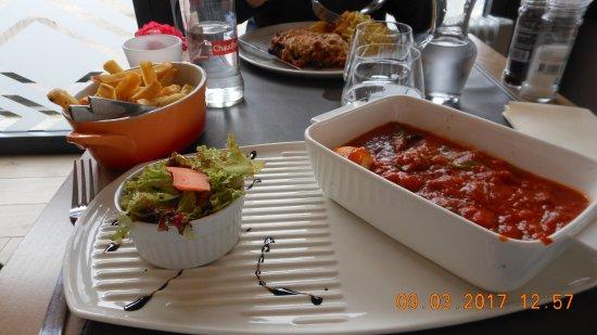 """Neupre, België: tête de veau dans son """"bain de sauce"""", salade et frites."""