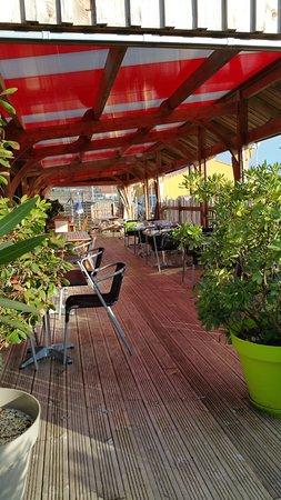 Casse-Croute Vendeen : Vaste terrasse couverte, ombragée et verdoyante