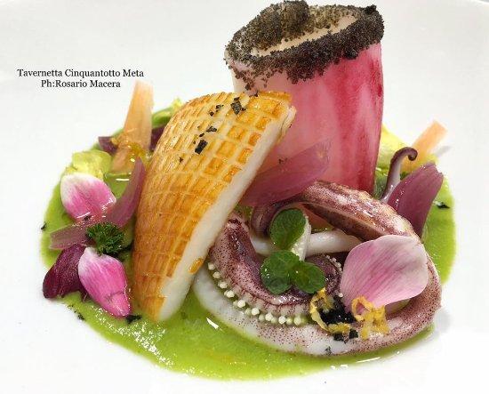 Tavernetta Cinquantotto: Seppia arrostita e calamaro al lampone su salsa di insalata mista