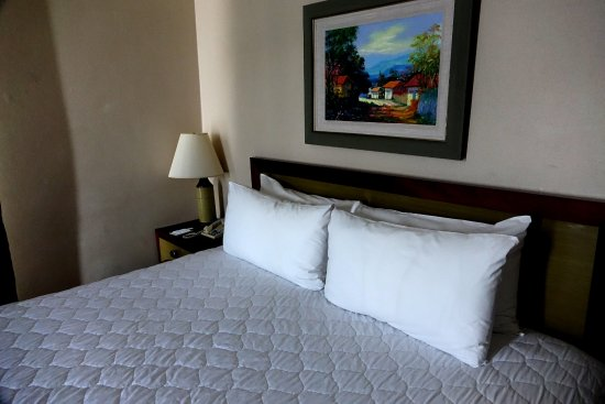 Hotel Honduras Maya: Comfy Bed