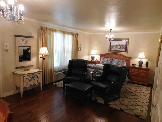 Rockdale, TX: Single Queen Suite with Kitchen