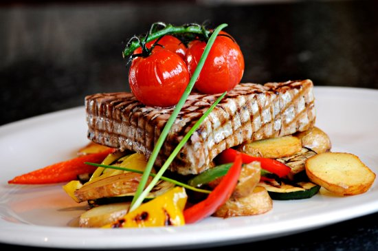 Puccinis: tuna steak with vegetables