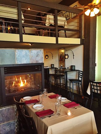 Bay Street Bistro: Bistro dining with fireplace
