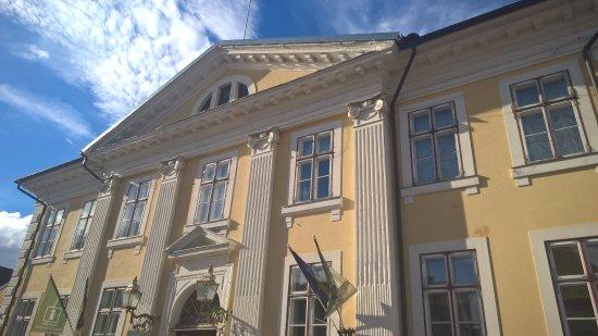 Parnu, Estland: la facciata del palazzo, sede del centro informazioni turistiche