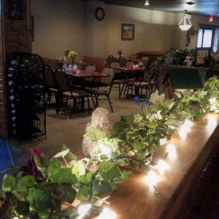 Yankton, SD: Enjoy our warm and cozy dining room.