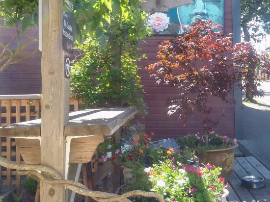 Cumberland, Canada: Patio at Tarbell's Deli