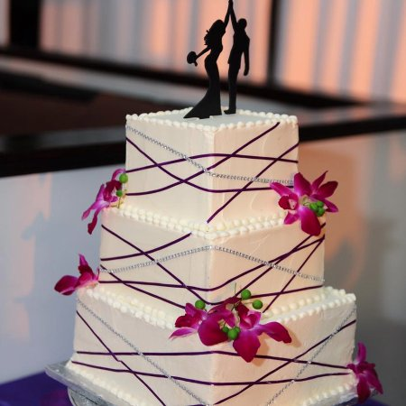 ‪‪Salisbury‬, ‪Maryland‬: Classy modern wedding cake with purple and rhinestone ribbon and fresh orchids‬