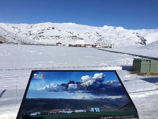 Hvolsvollur, Islandia: View of the farm and glacier.