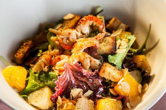 Lacombe, France: Salade verte aux agrumes et queues d'écrevisses décortiquées