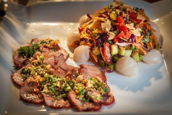 Lacombe, France: Salade thaïe aux litchis et porc laqué rouge