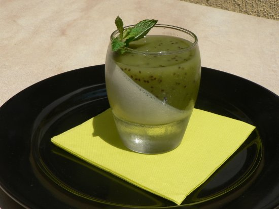 Lacombe, France: Panna cotta au zeste de citron vert et coulis de kiwi