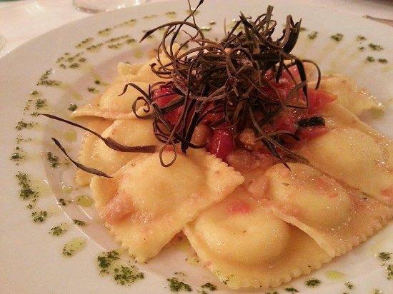 Arquà Petrarca, Italia: Ravioloni di melanzane con pomodorini
