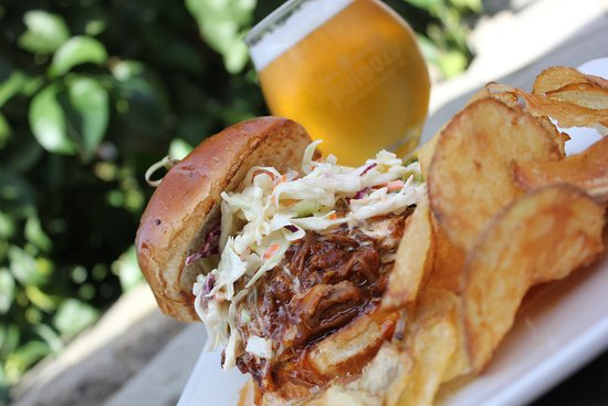 Kenwood, Californie : Pulled Pork Sandwich with our House Made Chips