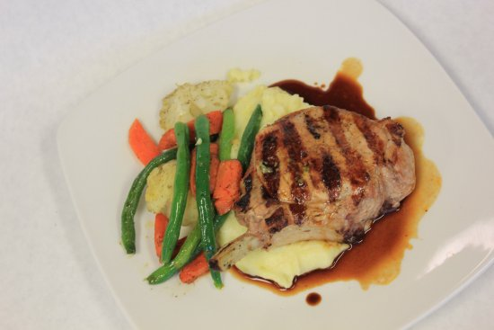 Kenwood, Californie : Porch chop with a demi glaze sauce served with mashed potatoes and veggies