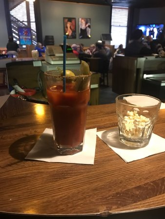 Winona, Миннесота: Friday night bloody. Can't go wrong.