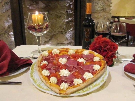 Canicatti, Itália: Più di 60 specialità di pizze cotte nel forno a legna e la novità con bordo ripieno.