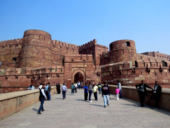 Rotes Fort: the impressive walls of Agra Fort