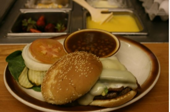 King City, Kaliforniya: CALIFORNIA BURGER WITH BBQ BAKED BEANS