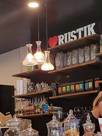 Rustik Cafe Wine Bar: Great use of crystal decanters