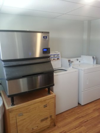 Kittery, ME: ice machine and laundry room