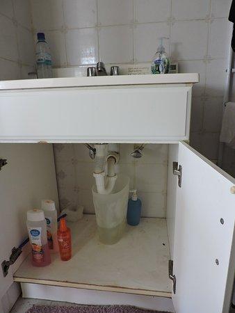Άνδρος: Leaking bathroom sink drain.