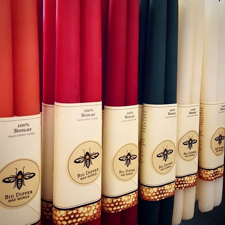 Jackson, كاليفورنيا: Colorful beeswax taper candles from Big Dipper Wax Works.