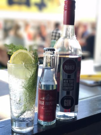 Petone, Nieuw-Zeeland: Build your own gins at Gintonica Rooftop Garden Bar