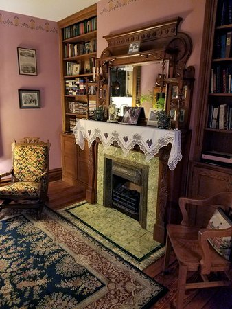 Trimmer House Bed and Breakfast: Fireplace.