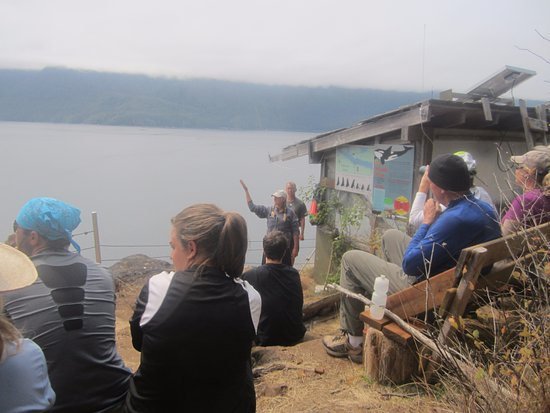 Telegraph Cove, Kanada: Marie at the cliff providing the update on the whales and Robson Bight Ecological Reserve