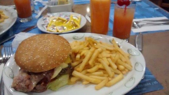 Plaza Paitilla Inn: Hambúrguer que gentilmente fizeram, mesmo com a cozinha fechada. Delicioso!