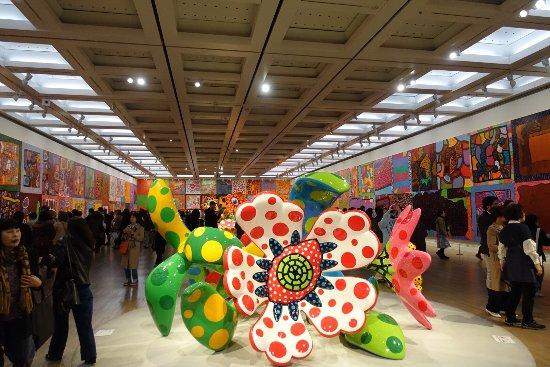 The National Art Center, Tokyo: 国立新美術館では  ミュシャ展と草間彌生展が開催中。(平成29年3月現在) ミュシャ展はスラブ叙事詩が素敵ですよ。等身大に描かれて人物の一人一人の表情に見せられます。草間先生も昔の作品展示も充
