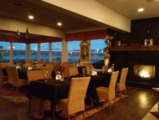 Waldport, OR: Dining Room in the evening