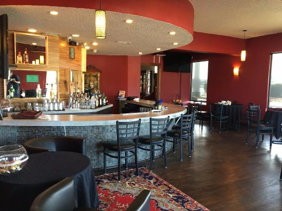Waldport, OR: The Lounge which is a full bar with wine and beer tap