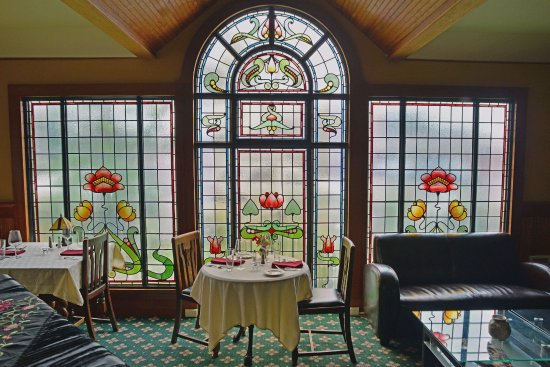 Seaview, วอชิงตัน: Stained glass windows rescued from a church in Morecambe, England enclose the restaurant's Ingle